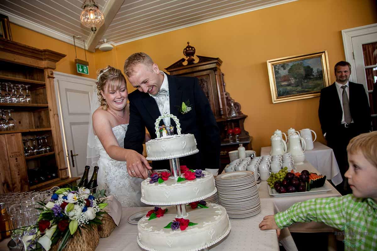brudepar skærer bryllupskagen Ballebro Færgekro