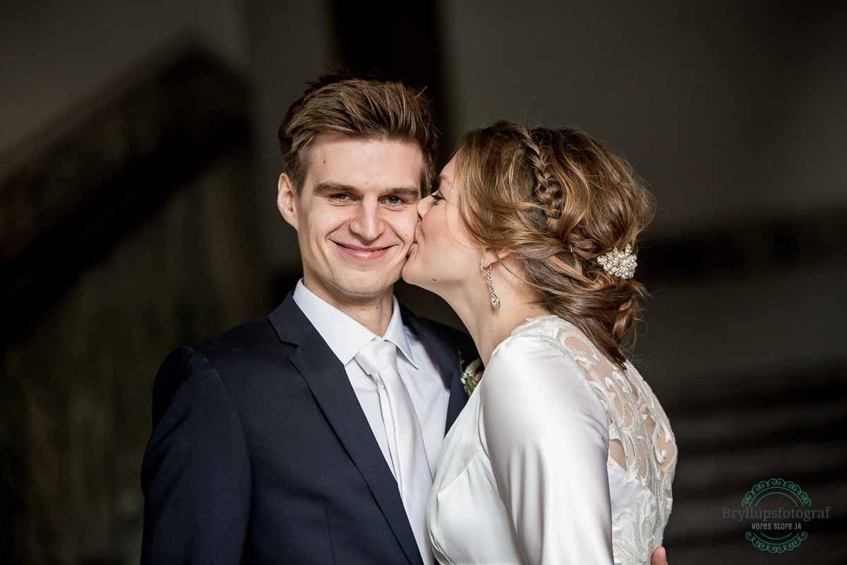 bruden kysser gommen rådhus KBH