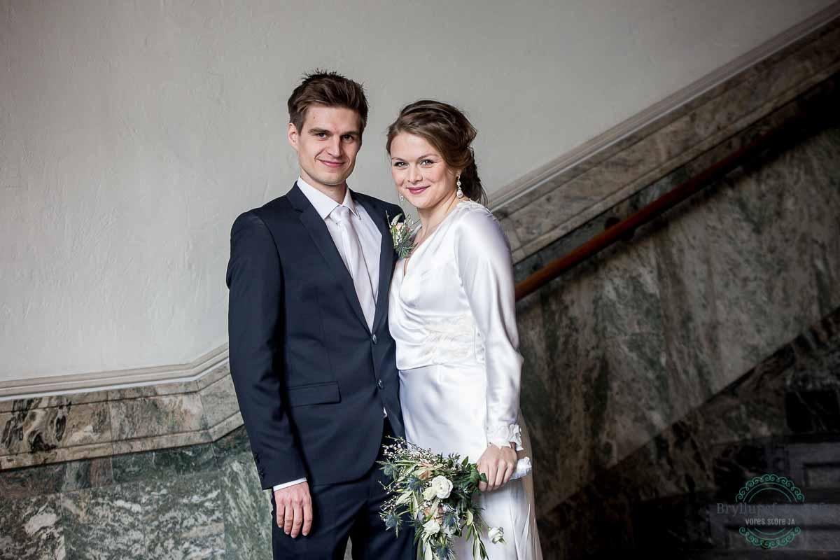 brudepar på trappen til københavns rådhus